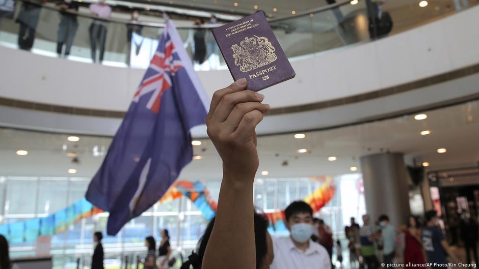 5月29日,一名香港人手持BNO護照抗議全國人大的港版國安法立法決議(美聯社圖片)