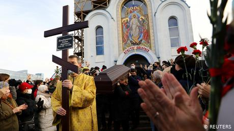 Belarus: Thousands attend funeral of killed protester Raman Bandarenka