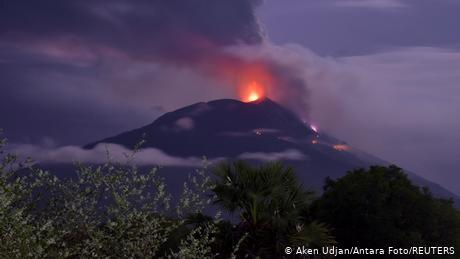 Indonesia: Thousands evacuated as volcano erupts
