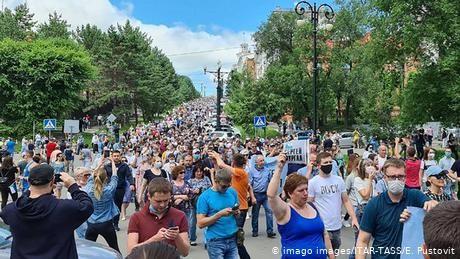 Russia: Huge protests erupt over governor's arrest linked to historic murders