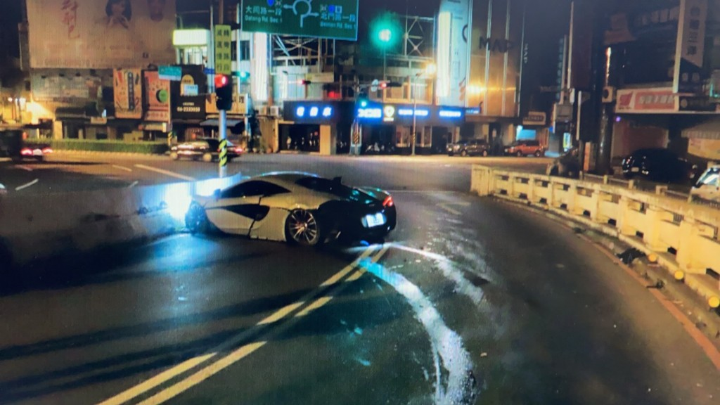 A foreign student crashed a McLaren into a bridge in Tainan Saturday morning (CNA, Tainan police photo)