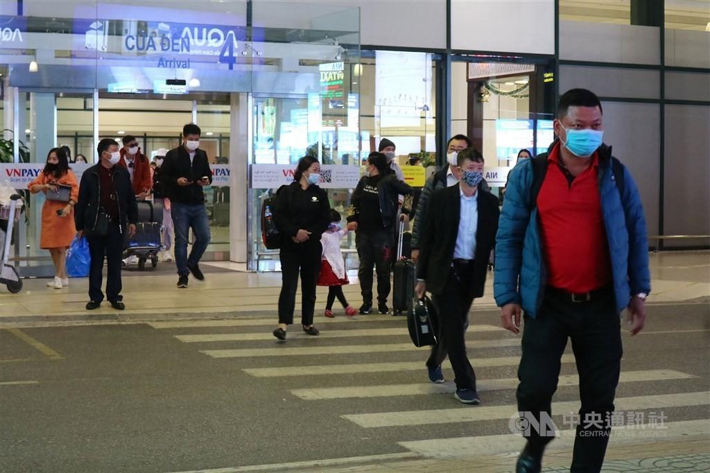 圖為2020年12月越南河內國際機場民眾戴口罩。