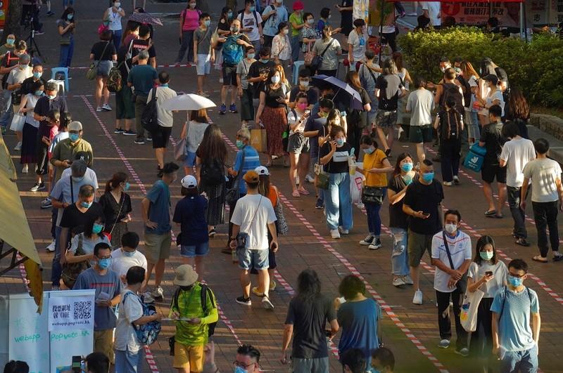 香港2020年9月舉行立法會選舉前, 泛民派曾在7月12日曾舉行非官方的初選, 圖為選民在初選時排隊投票情形 (美聯社)