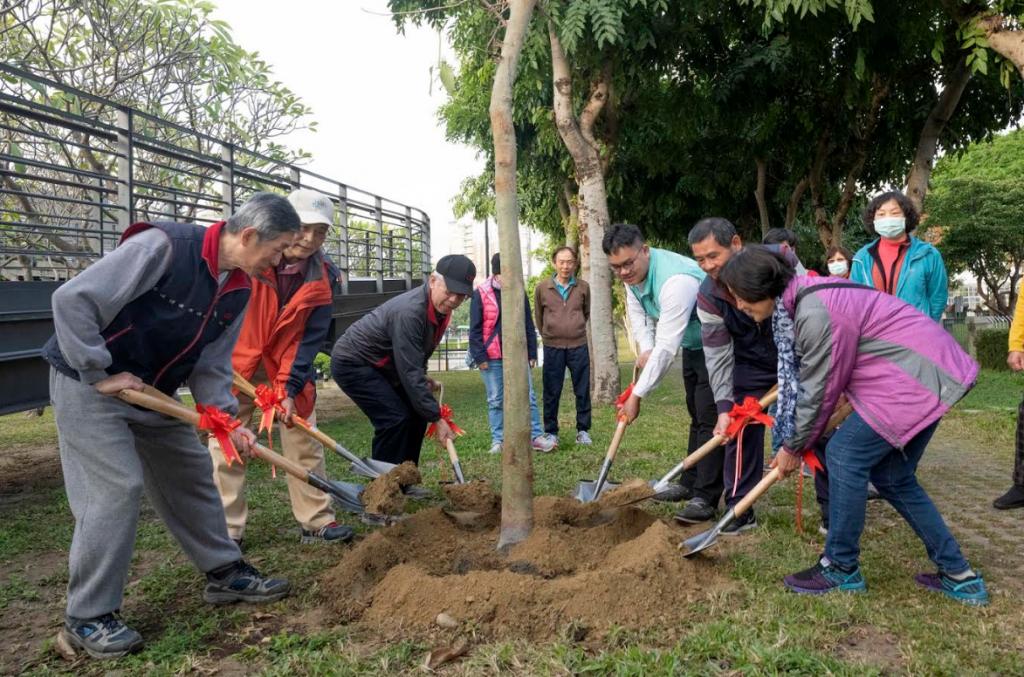 國立台灣美術館5日舉行植樹活動,和居民共同力行綠美化工作。(圖/國立台灣美術館)