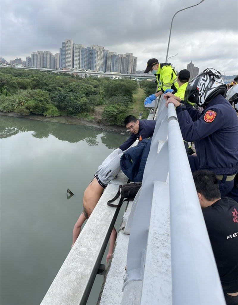 Video shows cops barely save man from leaping off bridge in New Taipei