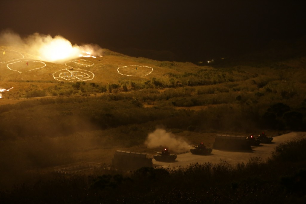 Tanks took part in live fire drills in Pingtung Tuesday night
