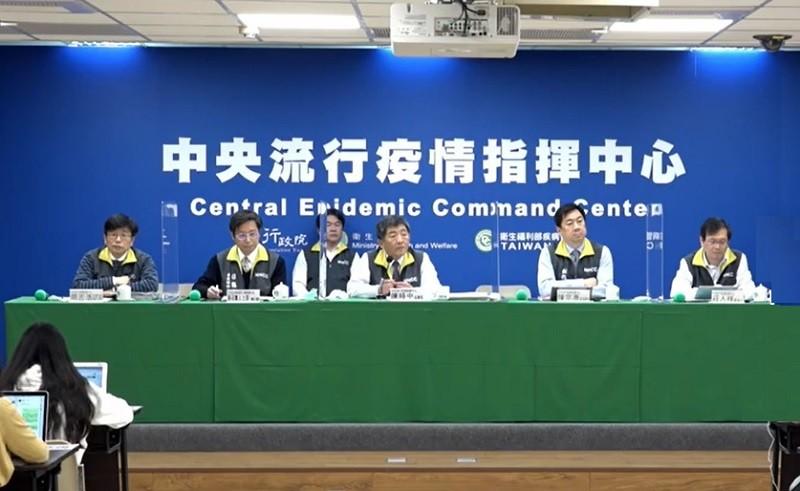 圖為防疫指揮中心6日記者會, 右2為副指揮官陳宗彥, 右1為發言人莊人祥 (直播截圖)