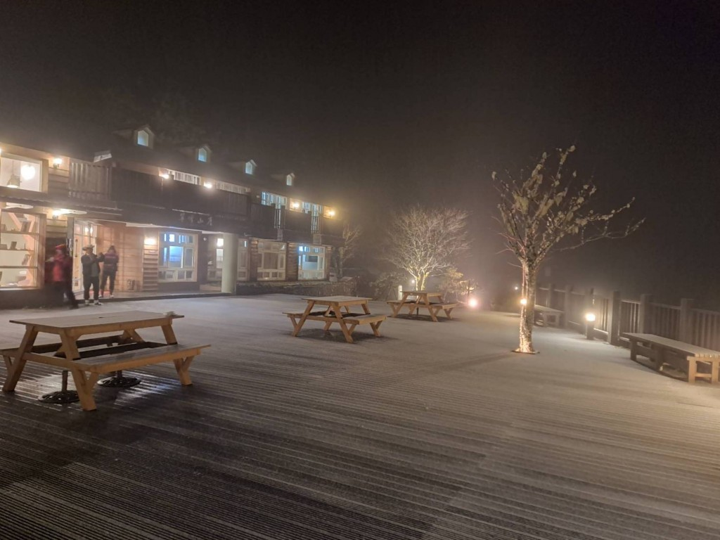 Snow started falling on Yilan County's Mt. Taiping Thursday evening