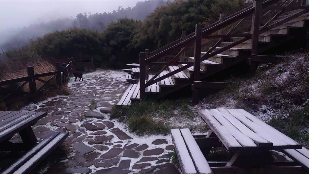 Snow falls on 6 mountains in Taiwan