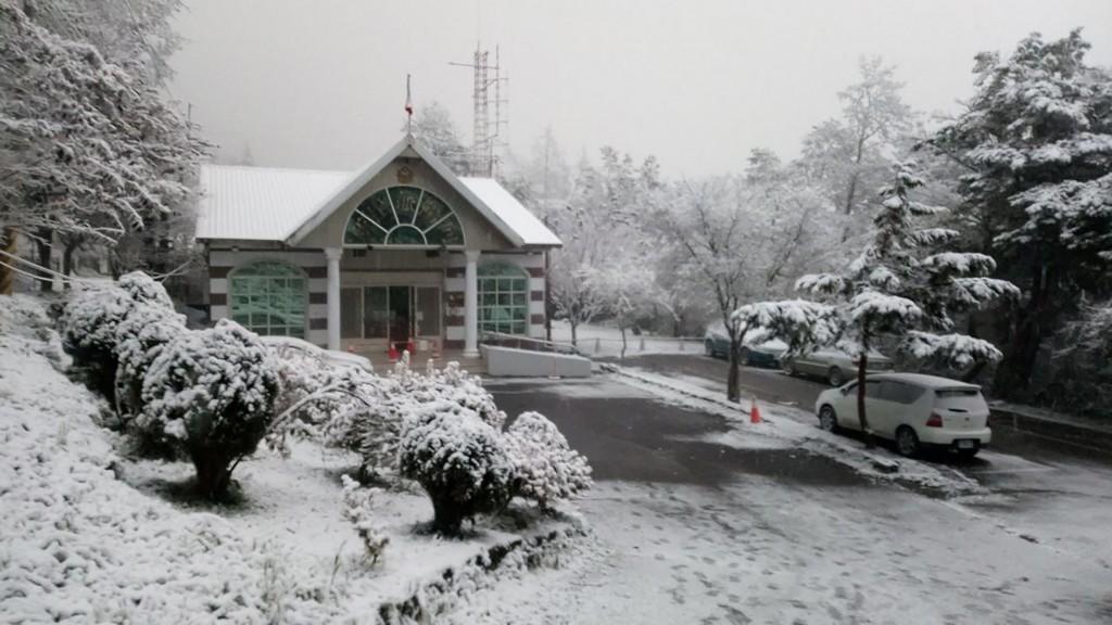 台東向陽山區10日清晨下雪,向陽派出所覆蓋在白靄靄 雪中,宛如明信片風景一般漂亮。 (關山警分局提供)