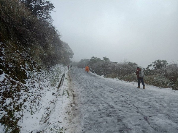 Snow chasers descend upon Taipei's Yangmingshan
