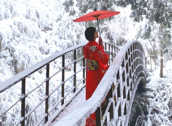 Woman in kimono posing on snow-covered bridge on Taipingshan on Jan. 8.