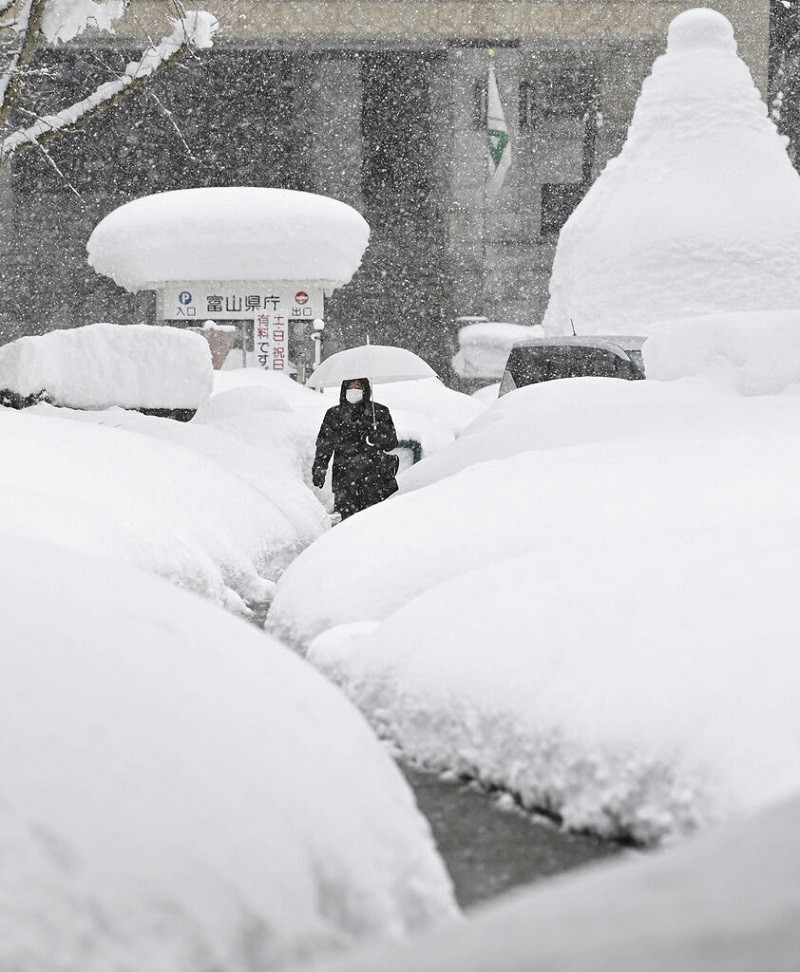 日本海沿岸的富山市 (Toyama) 11日積雪驚人! (美聯社)