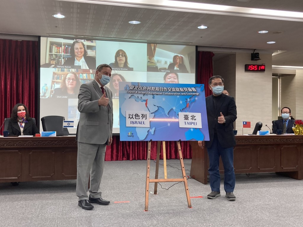 Israeli Representative in Taiwan Omer Caspi (front left) at an educational event in Taipei City