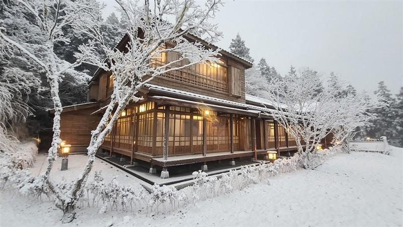 有著濃濃日式風外觀的宜蘭太平山文史館,7日大雪紛飛之際,讓不少民眾覺得彷彿一秒來到日本。(林務局羅東林區管理處提供/中央社)