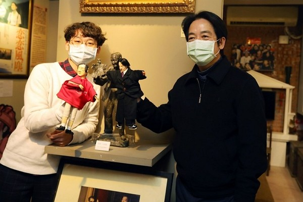 Vice President Lai Ching-te (right) visitsLi Tian-lu Hand Puppet Museum this week. (Presidential Office photo)