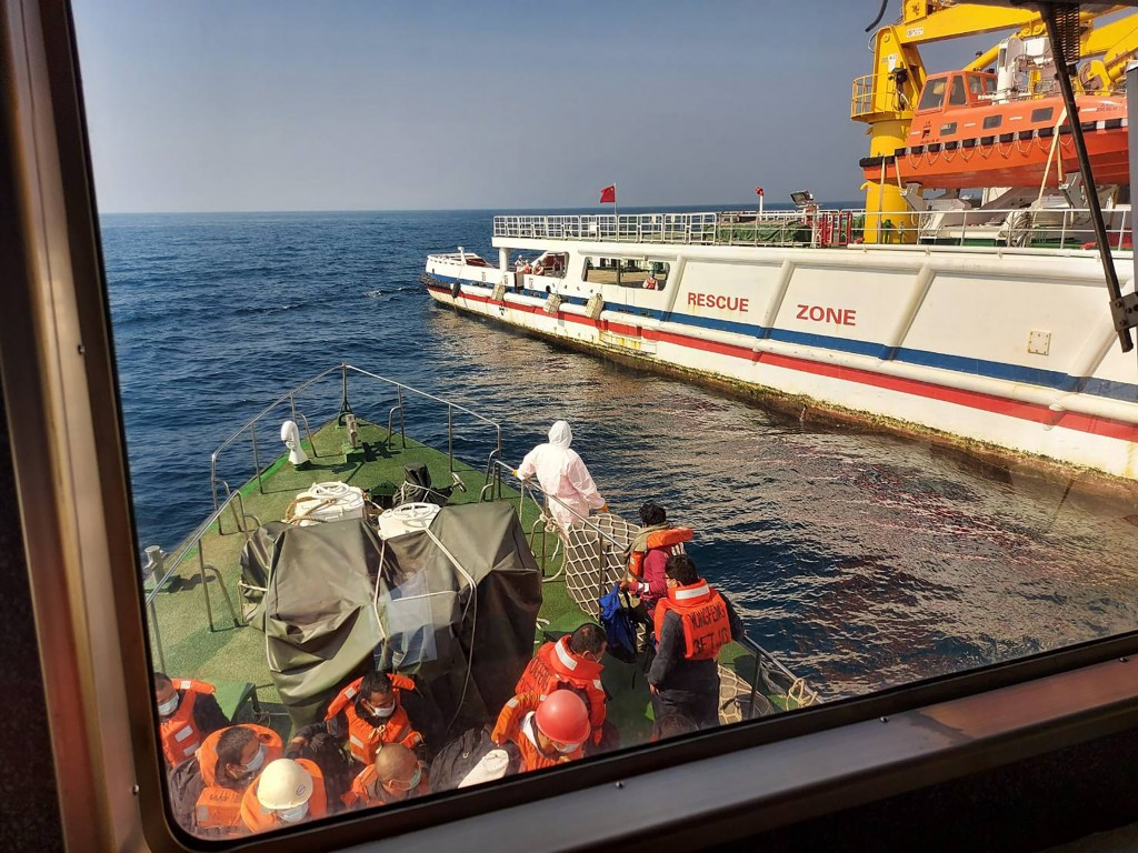 A Taiwanese ship rescued 22 crew members of a Panamanian freighter (CNA, CGA photo)