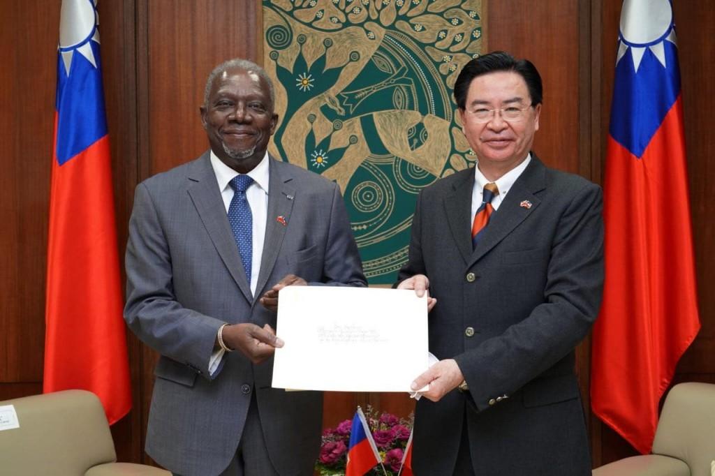 海地大使戴尼斯(左)與外交部長吳釗燮(外交部照片)