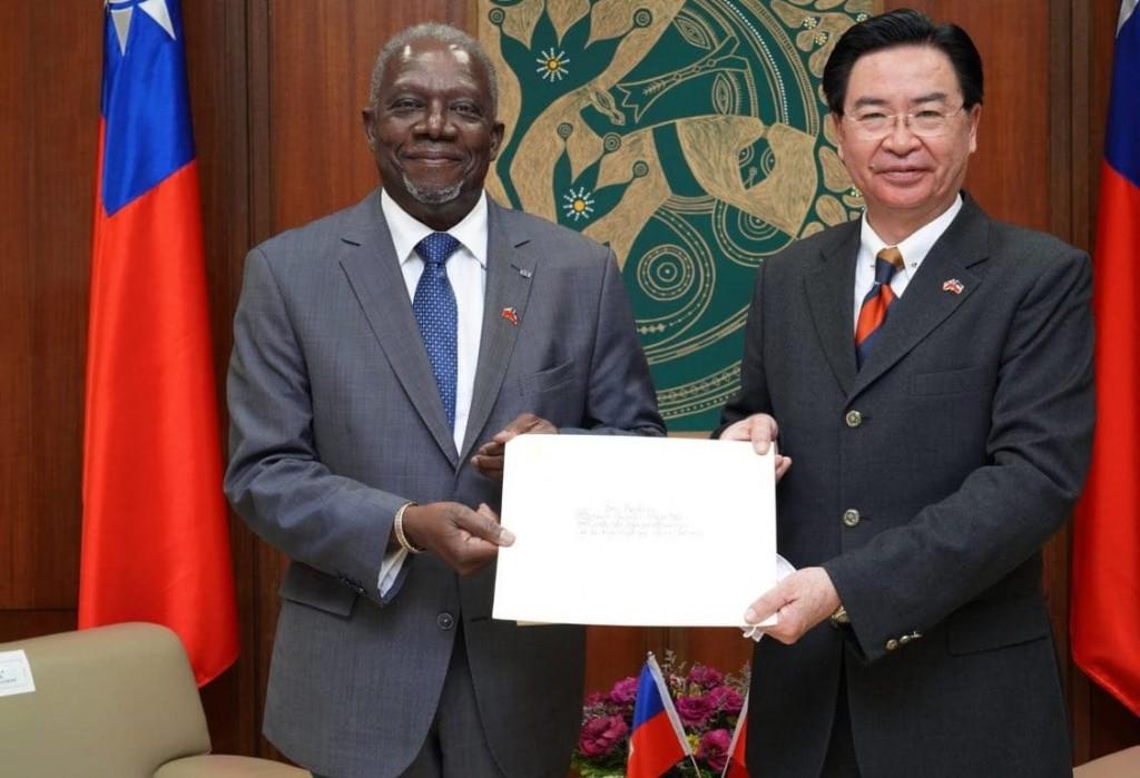Haitian Ambassador to Taiwan Herve Denis (left) and Foreign Minister Joseph Wu (MOFA photo)