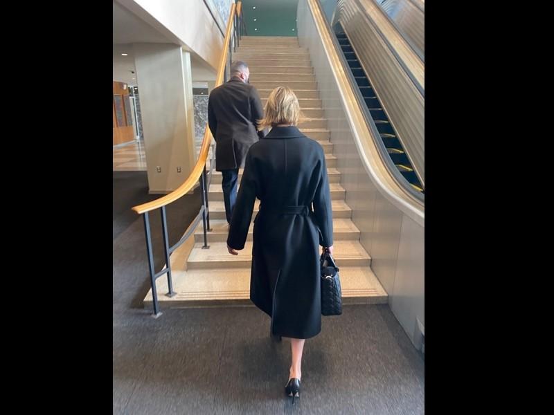 美國駐聯合國大使克拉夫特帶台灣黑熊布偶進入聯合國總部(圖/台灣駐紐約辦事處)