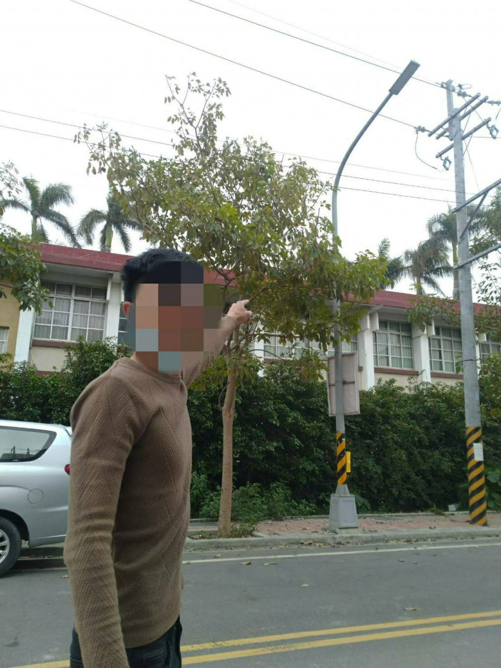 Police in Changhua found two Vietnamese workers killing birds with a slingshot