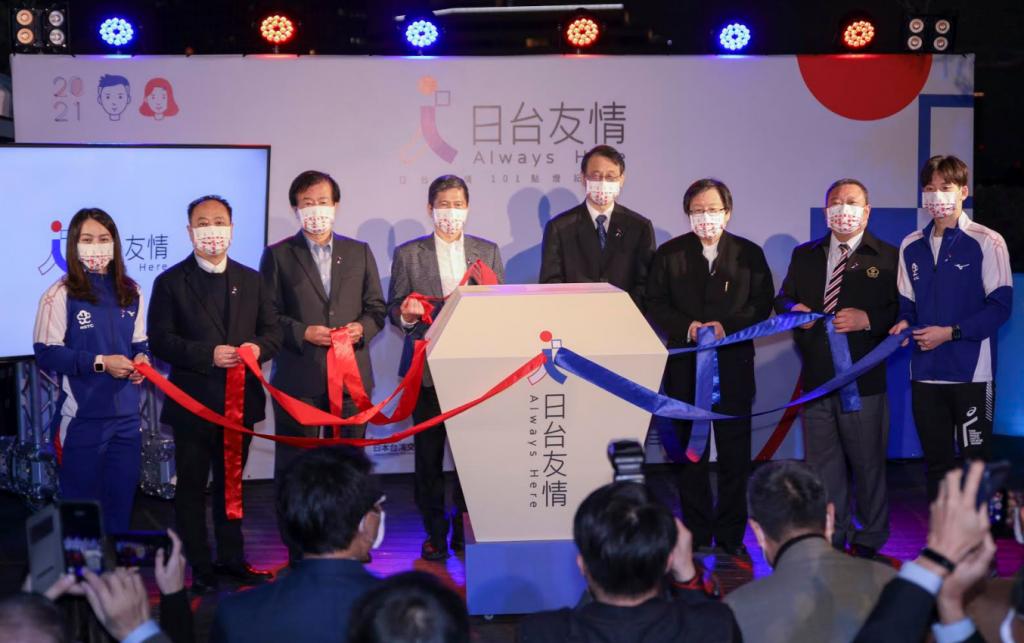 台灣奧運選手王冠閎(右)及郭婞淳(左)現身台北101日台友好點燈儀式(圖/GACC)