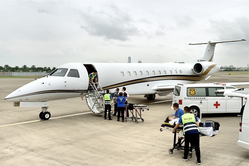 Patients are placed on medical evacuation jet. (Executive Aviation Taiwan Corp. photo)