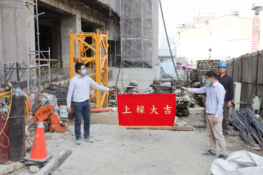 日月潭力麗溫德姆溫泉酒店「大樓新建工程上樑典禮」鋼樑隨鞭炮聲緩緩上升。