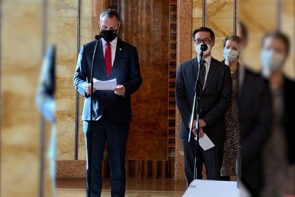 布拉格市長賀吉普(左)及我國駐捷克代表柯良叡(外交部照片)