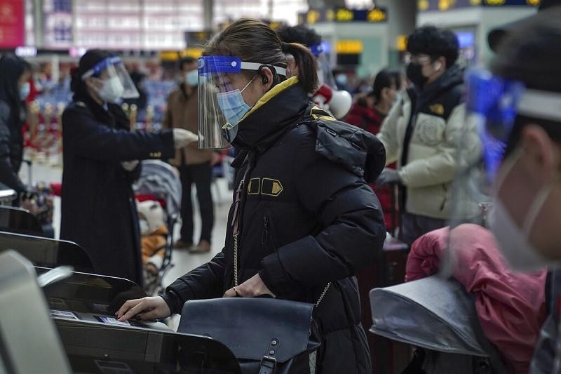 圖為中國北京火車站南站28日人潮, 與管制情形 (美聯社)