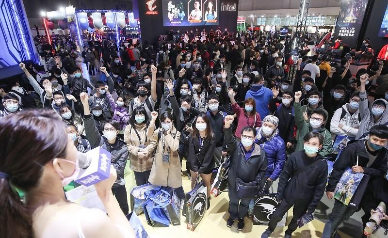 台北國際電玩展28日開展,除了落實戴口罩、量體溫、實名制等防疫規範,廠商舉辦舞台活動時,台上主持人與台下觀眾也都戴起口罩防疫。中央社