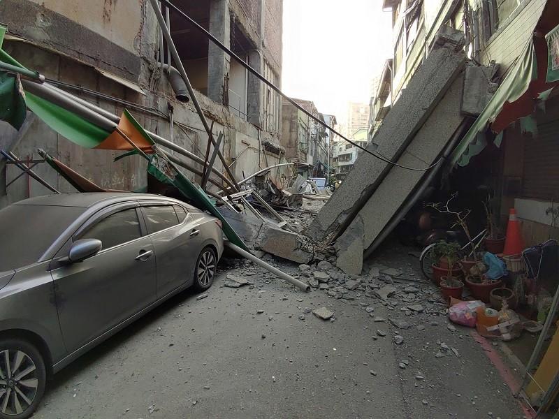 【疑地震引發】南台灣高雄5層樓舊戲院外牆突坍塌! 21人獲救、多車遭壓毀