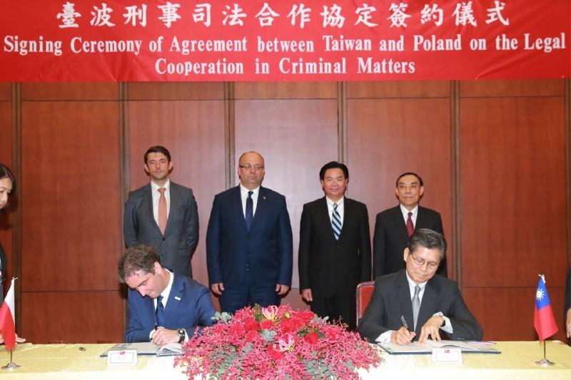 台灣駐波蘭代表處施文斌(前右一)與波蘭駐台代表梅西亞(左前一)(外交部照片)