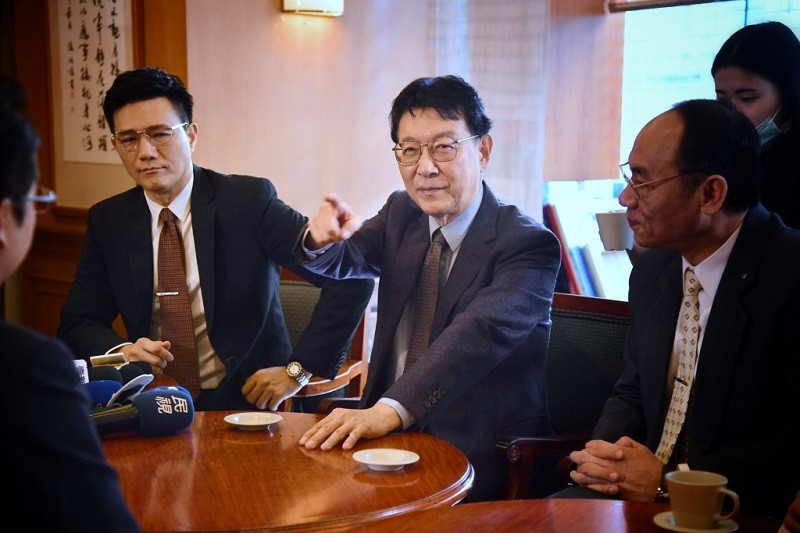 政治劇「國際橋牌社2」2020年12月27日在立法院取景,邀請資深媒體人趙少康(中)客串演出。左為演員蔣偉文。 中央社資料照片