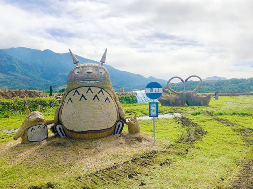 可愛!東台灣富里稻草藝術節沃野派對 收割稻草打造大猩猩、龍貓超吸睛