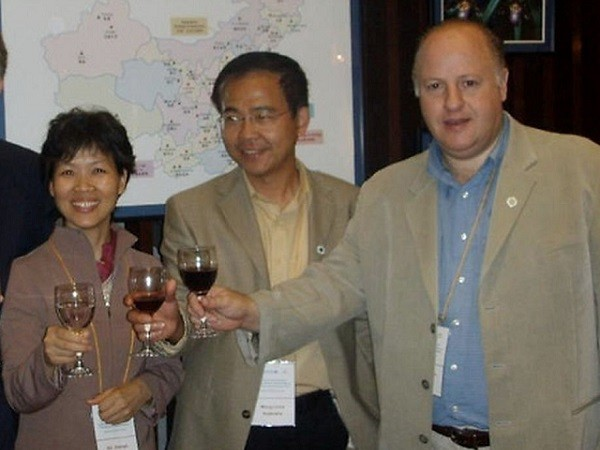 Shi Zhengli (left), Peter Daszak (right). (Emerging Viruses Group photo)