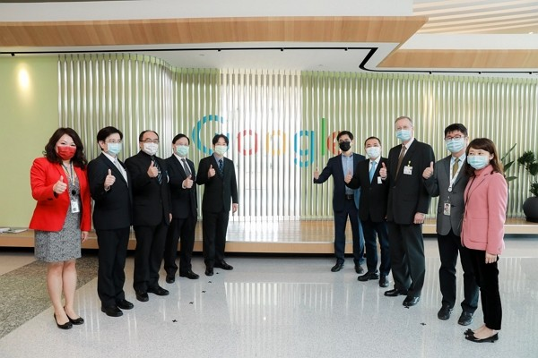 Vice President Lai Ching-te (center left) visits Google's new office in Banqiao District. (Presidential Office photo)