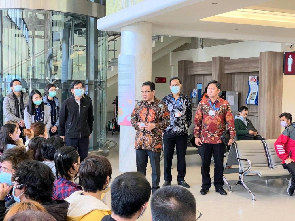 Indonesian officials address the returnees before their departure from Taiwan (NIA photo)