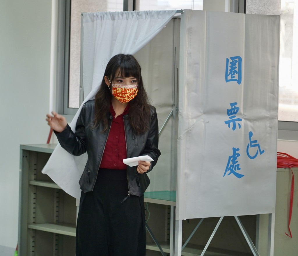 Kaohsiung City Councilor Huang Chieh votes in the recall Saturday.