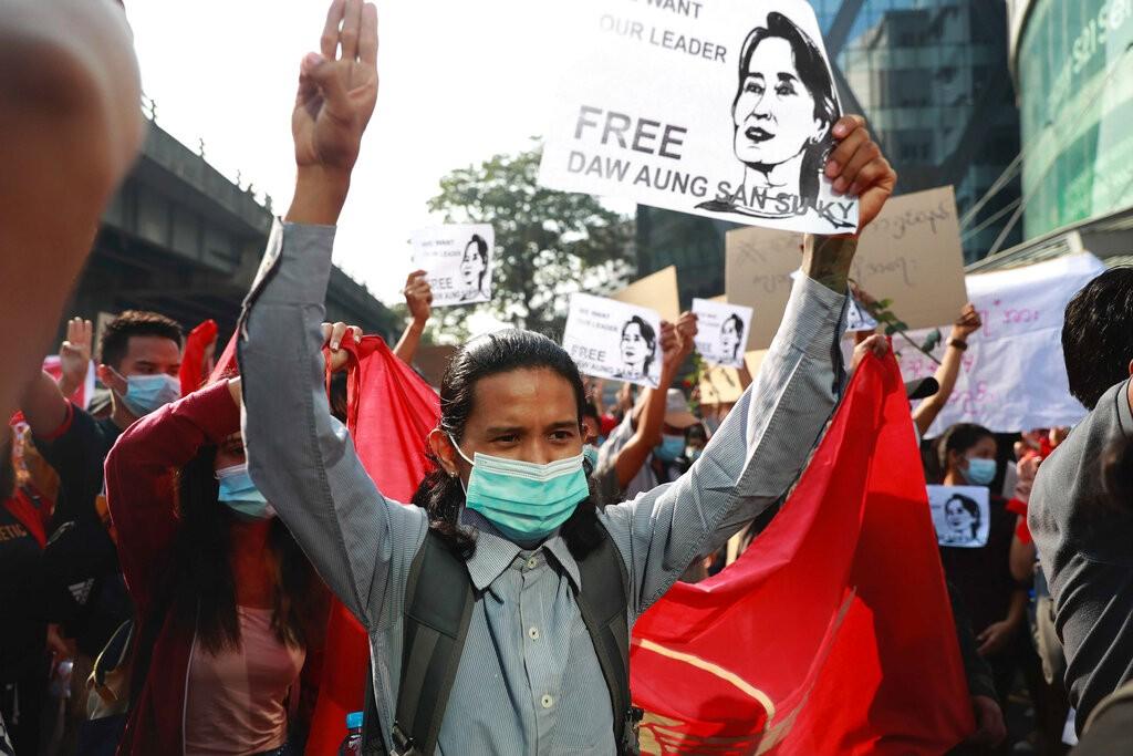 大批民眾在7日走上仰光街頭抗議緬甸軍政府發動政變(美聯社照片)