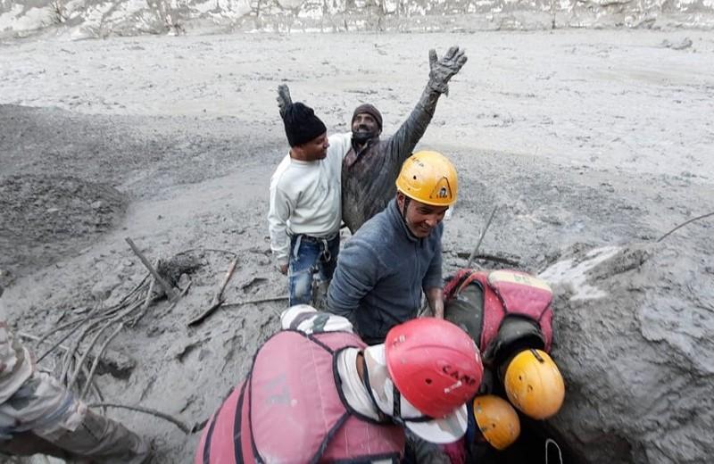 喜瑪拉雅冰川崩裂,災民獲救(圖/美聯社)