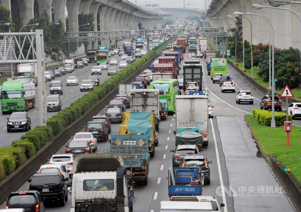 Heavy traffic predicted for Freeway No. 5 Saturday night and on most freeways Sunday