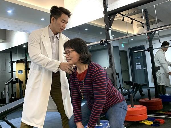 卓新復健科診所院長卓彥廷(左)表示,運動能改善老年人身體問題,但事前要循序漸進、注意自身慢性病。