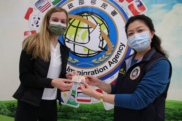 Hailey Jane Richards (left) has obtained a Taiwan's Employment Gold Card. (NIA photo)