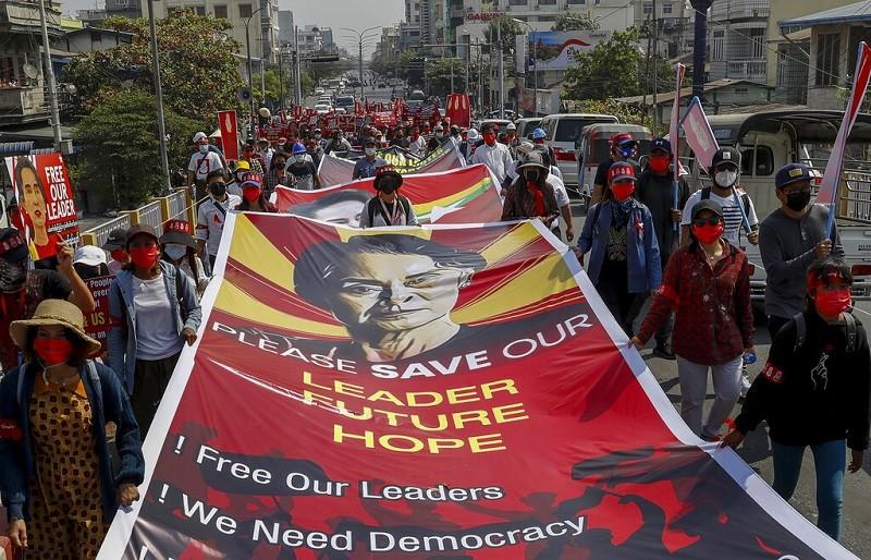 緬甸第二大城曼德勒 (Mandalay) 的民眾, 16日持續在街頭示威, 要求軍政府釋放領導人翁山蘇姬 (美聯社)&nbsp...