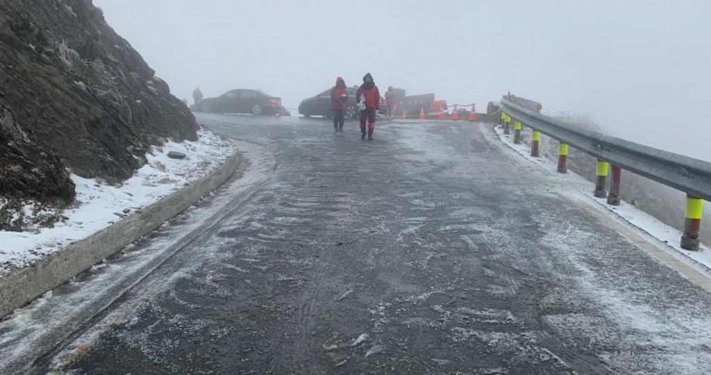強烈大陸冷氣團影響,合歡山昆陽到松雪樓一帶18日清 晨間歇降冰霰。公路總局宣布,台14甲線武嶺到合歡山莊限加掛雪鏈通行。(民眾提供)