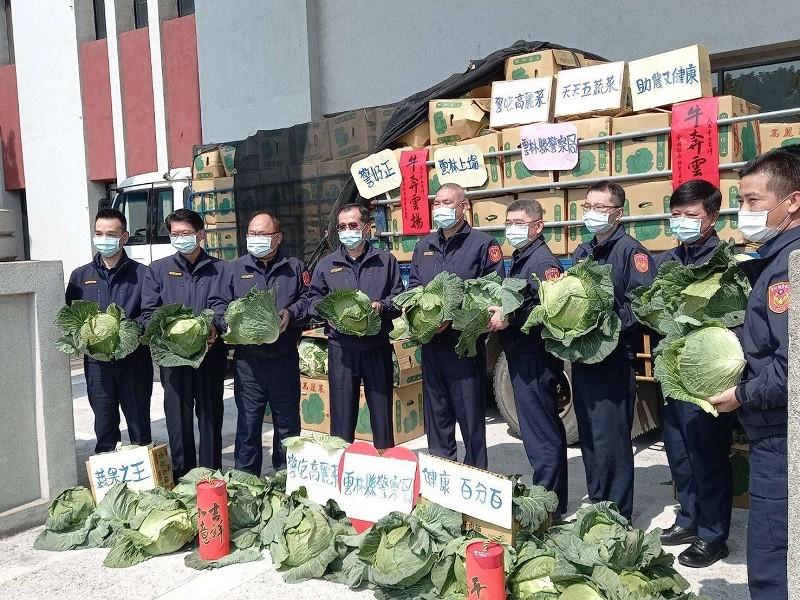 雲林縣警察局為幫助農民, 也採購了5.7公噸高麗菜 (圖/雲林縣政府官網)