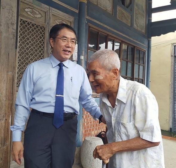 Rice farmer Huang Kun-pin (right) with Tainan City Mayor Huang Wei-che (CNA, Huang Wei-che photo)