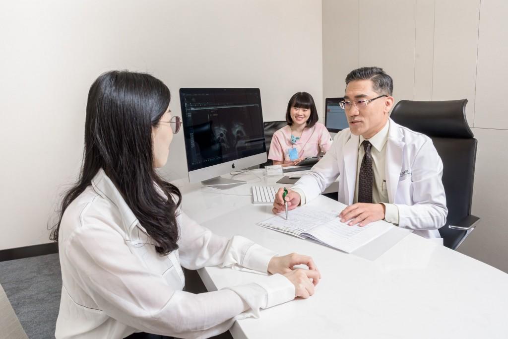 TFC副院長王瑞生提醒,孕前考慮摘除子宮肌瘤時,要先依其位置深淺、是否不利懷孕、及症狀嚴重性來通盤考量。(TFC提供)