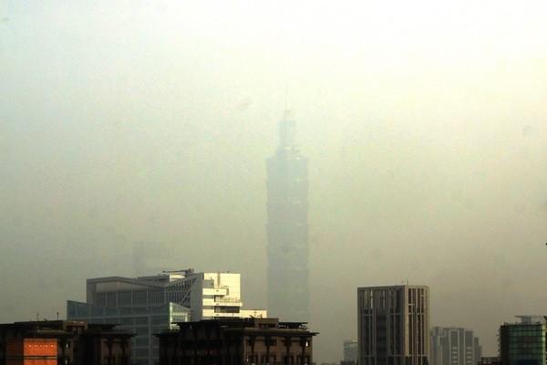 Taipei 101 shrowded in smog.